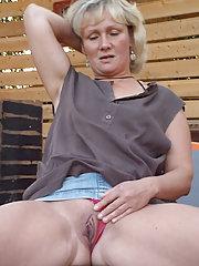 Hausfrau zeigt ihre Muschi